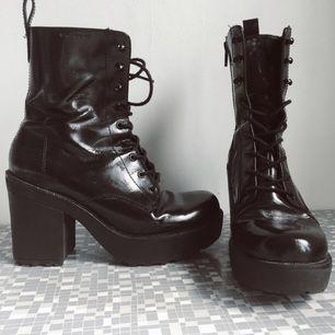 Boots goth rock 90tal från vagabond. Lite platå men väldigt sköna att gå i.  Stl 36  Mkt gott använt skick   Porto tillkommer 80kr