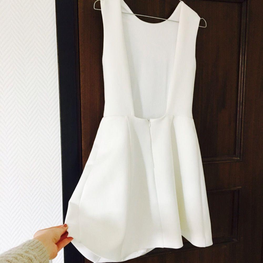 309b9ed98485 Oanvänd superfin klänning från Nelly i scooba-material med hög halsringning  och djup rygg.