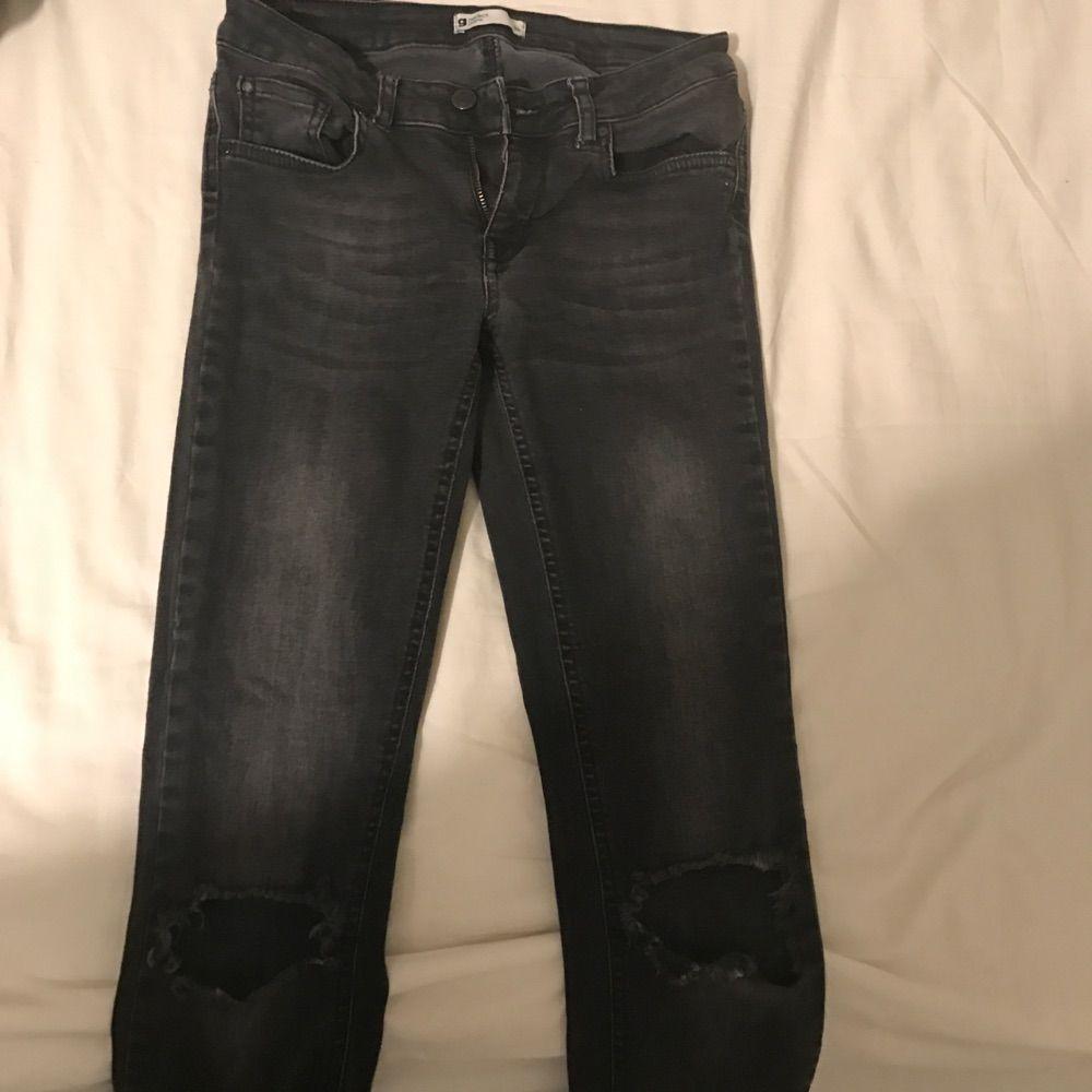 4bfa212f50c3 Byxorna är avklippta vid Snygga tighta jeans med låg midja och hål på båda  knäna. Byxorna är avklippta vid