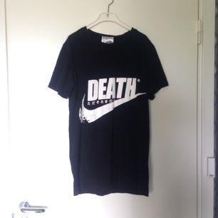 T shirt som inte används tillräckligt ofta som den borde göras. Inköpt på ~verycoolshirtz~ för kanske 2 år sen. Priset kan diskuteras vid snabb affär. Storlek är S men lite oversized så den sitter lika bra som en M. Frakt inkluderat i priset.