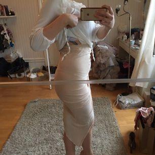 Beige kjol i fint skick, från bikbok!