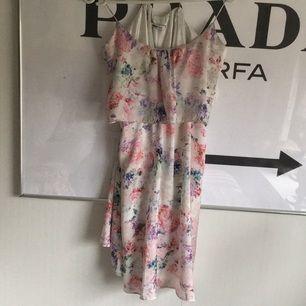 Söt klänning från Gina tricot med korsad rygg