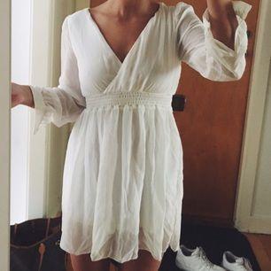 Somrig, vit klänning med band som man kan knyta bakom ryggen. Minns tyvärr inte var den är köpt och det saknas lapp. Frakt: 40kr.