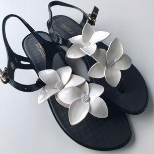 Flip flops Melissa black&white solar Hawaii, oanvända. Storlek UK 3 (36). Köparen står för frakt