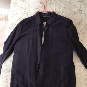 Blå skjorta från Zara. Nästan lite linnematerial.