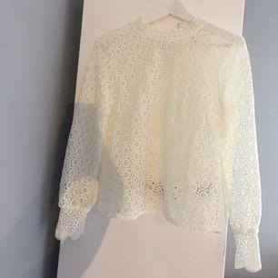 Helt oanvänd somrig vit tröja från h&m, storlek 34 (men passar mig som har 36/38 i kläder). Nypris: 299