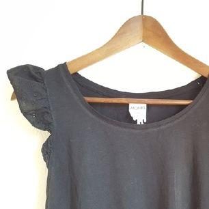 Svart linne/blus med söta utstående ärmar (ärmen ser likadan ut på båda sidor, den är bara vikt inåt till vänster, går lätt att fixa med strykjärn) , storlek L. Aldrig använt denna heller.