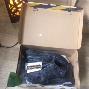 Helt oanvända limited edition Adidas Ultraboost core black grey 3.0 i storlek 42