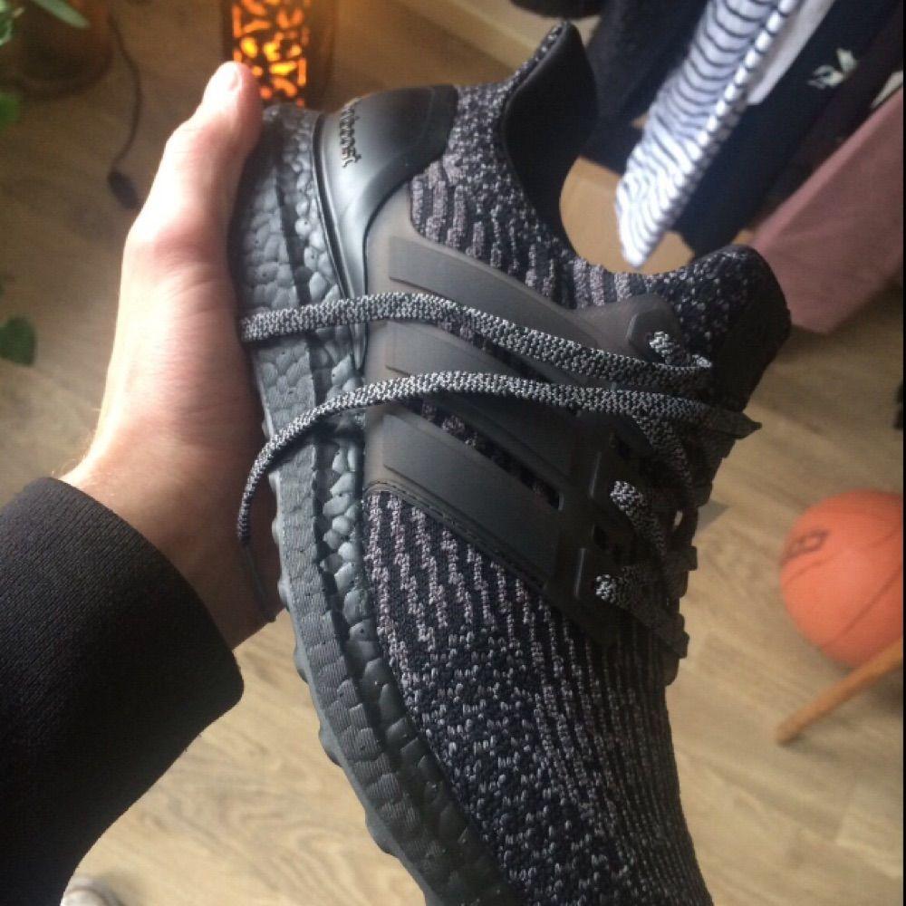 Helt oanvända limited edition Adidas Ultraboost core black grey 3.0 i storlek 42. Skor.