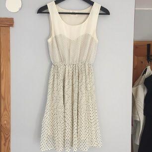 Superfin prickig klänning med en pliserad kjol & naturligt fall. Fint skick. Står storlek S men funkar lika bra till XS också! 100kr +frakt