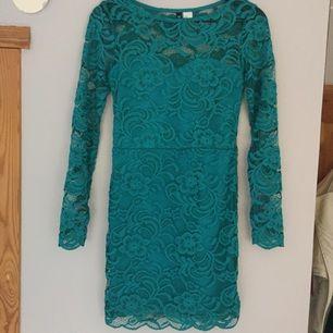 En mörkare grön spetsklänning som sitter jätte fint på. Passar både 34 & 36.