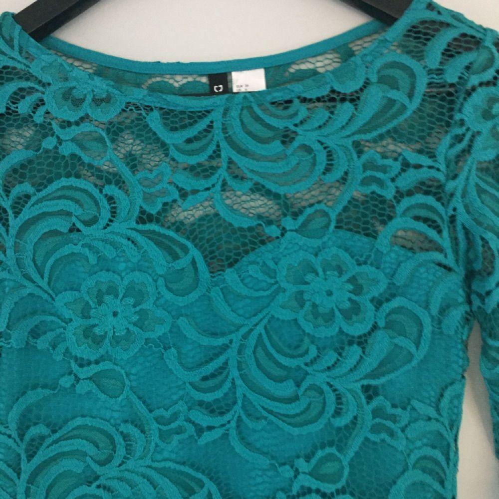 En mörkare grön spetsklänning som sitter jätte fint på. Passar både 34 & 36.. Klänningar.
