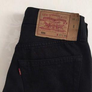 Svarta Levi's 501 jeans  Aldrig använda   (Små i storlek)