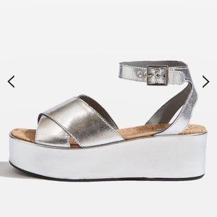 Helt nya, superfina silvriga oanvända sandaler, i kartong och med kvitto. Storlek 39.