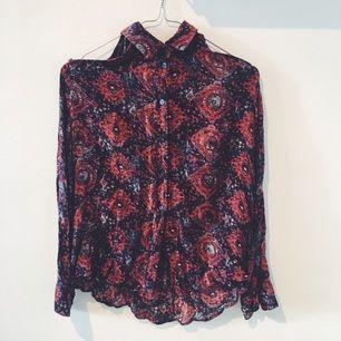 Hur snygg skjorta som helst fr Urban Outfitters. Passar fint på en 34/36a. Öppen i axlarna. Kommer tyvärr inte till användning.