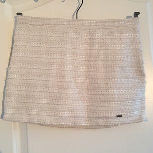 Superfin kjol från Hollister i stl 0. Älskar denna kjol och hade sparat den själv om jag den inte var för liten nu. Jättefin att ha till sommaren!