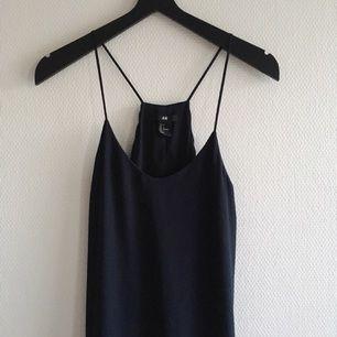 Marinblå klänning med tight underklänning och ett löst transparent fall utanpå. Superfin men lite för tight på mig som är 36. Möts upp i Uppsala eller fraktar mot betalning ✨