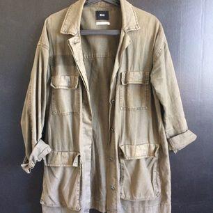 Militärjacka i linne bomullsmix från Urban Outfitters. Storlek står inte  men uppskattar den till 721fc1432c1b0