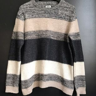 Randig stickad tröja från Weekday. Lite kortare modell 3150232c70d24