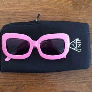 Oanvända rosa solglasögon från UNIF. Bra kvalitet.  Sjukt snygga men dem men passar inte mitt ansikte.