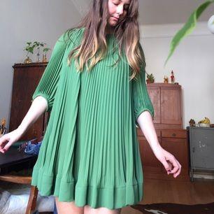 Den svängigaste finaste klänningen i stan. Storlek 34 men hon på bilden är 40/42 så klänningen är mycket tillåtande. Finns i centrala Stockholm, annars står köparen för frakten!