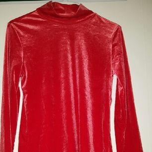 röd polo tröja typ i sammet typ.