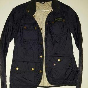 jacka från Barbour  använd mycket sparsamt och där av priset, marinblå med vitt inre.