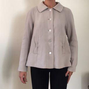 Kolla va fin den här a-linjeformade jackan är!