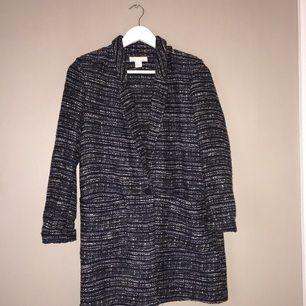 Isabel Marant-inspirerad kappa/kofta från H&M. Går i färgerna svart, blått och vitt. Supersnygg till jeans och en vit tisha! Nypris 599kr