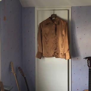 En liten gyllene skjorta