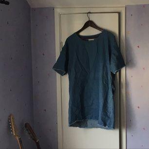 T-shirt klänning i denim material