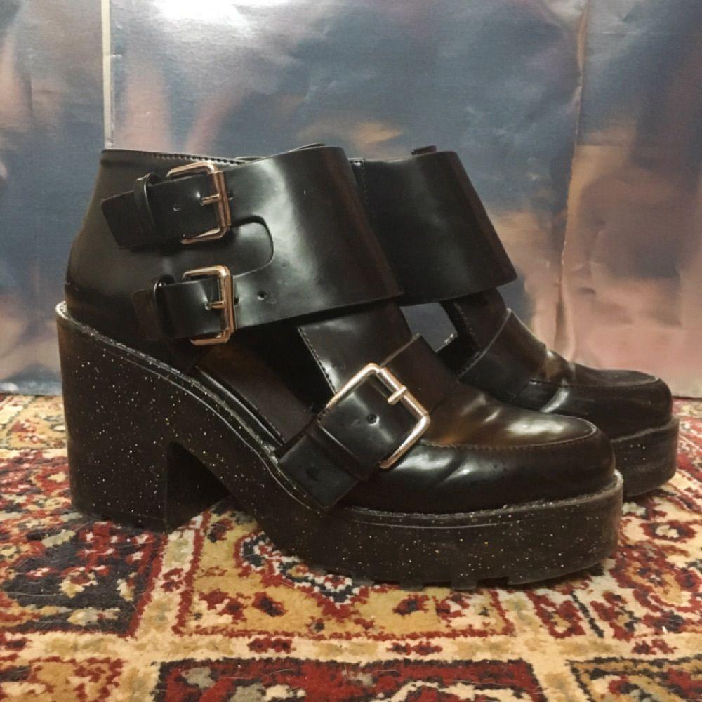 Skor med glitter-platå och spännen ❤️ lite slitage på klacken men sjukt fina. Skor.