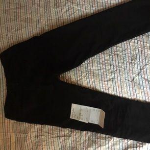 Svarta Acne jeans av modellen Town TW Black med Najs fit. Säljer dom för att de knappt används. Köpta på acne affären på söder. Använda ca 3 gånger. Storlek 30/32. Kan mötas upp varsom i stan!