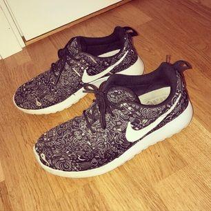 Säljer mina fina Nike skor, använt men fint skick. I storlek 37,5. ✨