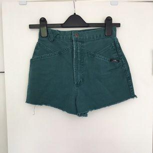 Snygga gröna jeansshorts med högmidja! Köpta på Beyond retro!! Oanvända! Bra skick! Passar en XS/S! Betalningen sker via swish! Frakten är inräknad!