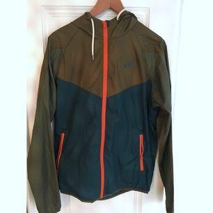 Fin vindjacka från Nike. Nästan oanvänd. Storlek small. Om du önskar få dem levererade tillkommer frakt på 30kr.