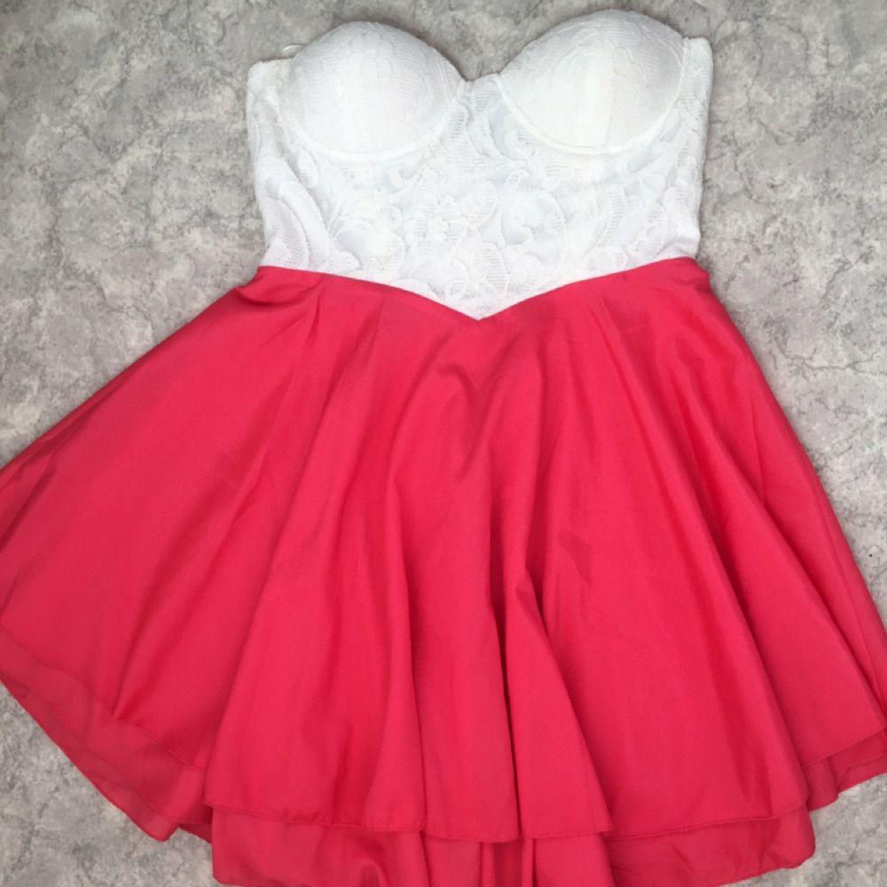 Fin spetsklänning från märket Club L. Den är aldrig använd och är i storlek  14 ... 643c4d8a546ad