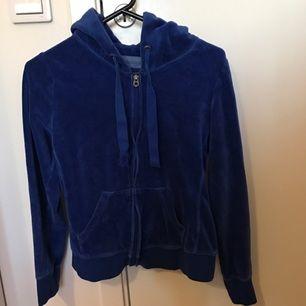 Mörkblå mjukis kofta ifrån H&M. I fint skick, storlek S💙