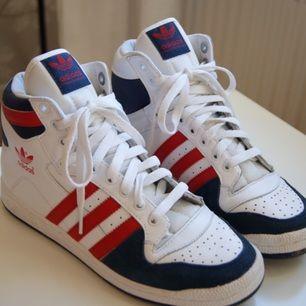 Snygga Adidas-sneakers i storlek 37. Använda endast ett fåtal gånger, mycket bra skick!!