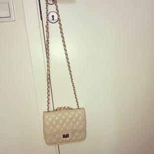 Jätte fin liten beige väska, helt ny!! ✨✨