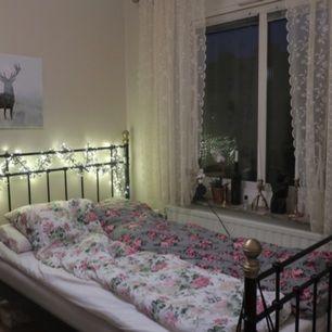 Superfin sänggavel inkl sängram.  IKEA Har nu utgått. Svart med guldknoppar. Finns att hämta i Linköping.  Här finns bild från Ikea: https://s-media-cache-ak0.pinimg.com/originals/6c/ae/29/6cae29ab70bd589725775aa3aa7db58c.jpg