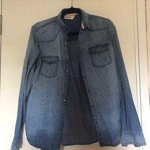 Prickig Dobber skjorta i storlek M. Använd Max 2 ggr.