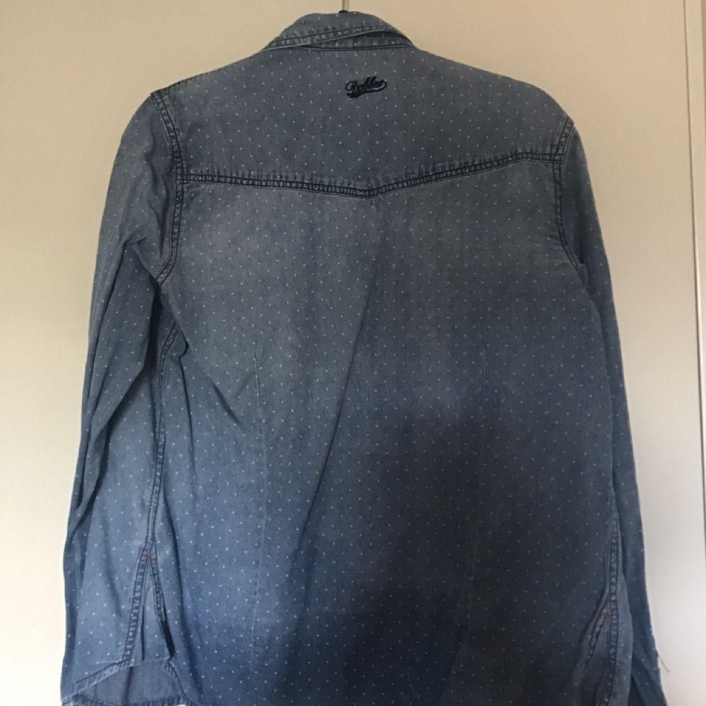 Prickig Dobber skjorta i storlek M. Använd Max 2 ggr. . Skjortor.