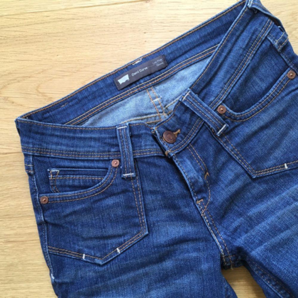 Levis jeans strlk 25 i modell Demi Curve. Tight modell med låg midja. 9338cd5d2a2f2