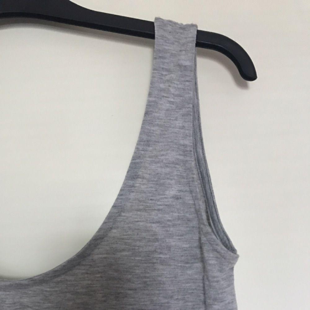 Enkel grå top med djup rygg! Super skön och härlig. . Toppar.