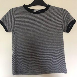 Enkel och snygg randig tröja från pull and bear. Använd Max 2 grr!
