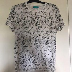 T-shirt som sitter som en medium.