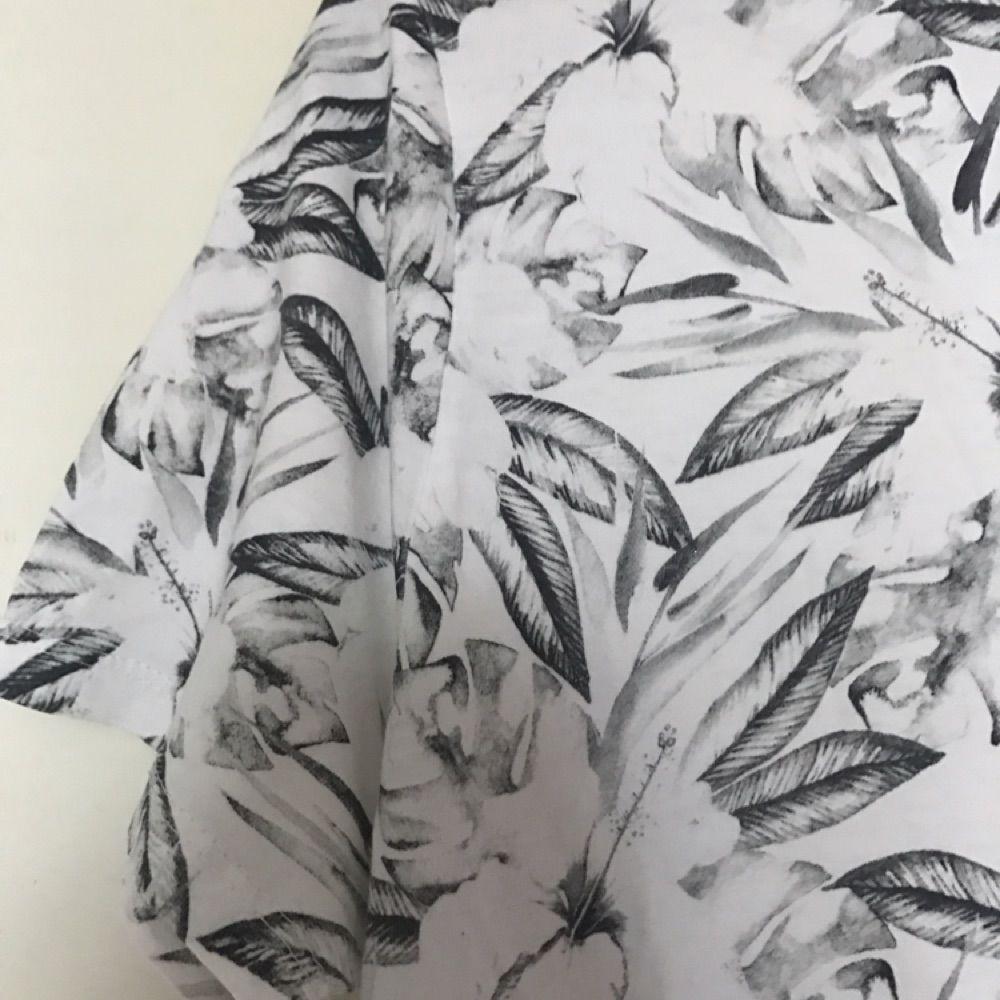 T-shirt som sitter som en medium. . T-shirts.