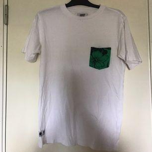 Oanvänd sweet t-shirt från ett samarbete med Hollywood.