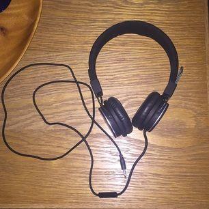 Säljer mina Goji hörlurar för att jag köpt ett par andra.  Sparsamt använda och funkar som de ska.
